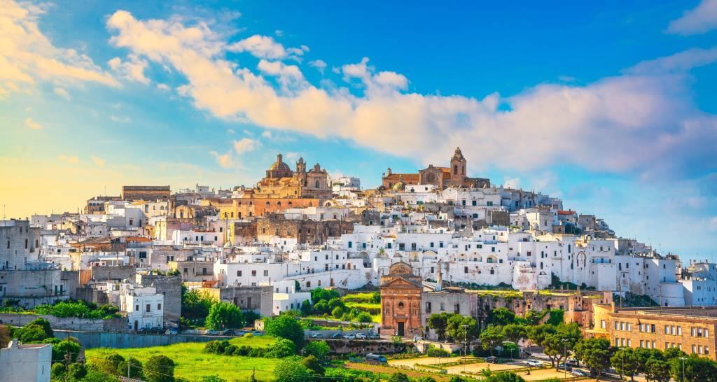 Ostuni białe miasto panoramę o zachodzie słońca, Brindisi, Apulia południowe Włochy. Europa.