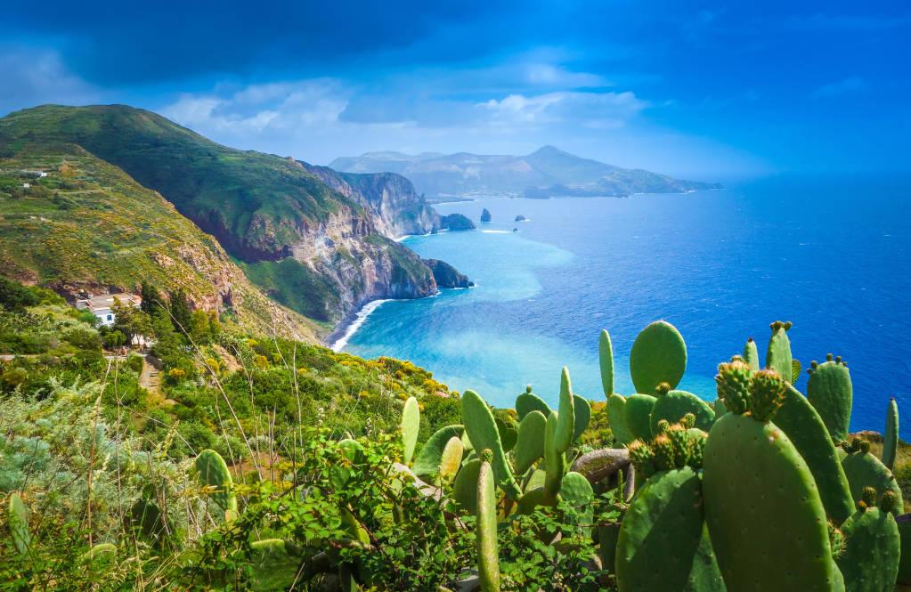Wyspa Lipari, Włochy, piękny widok na wyspę Vulcano z wyspy Lipari