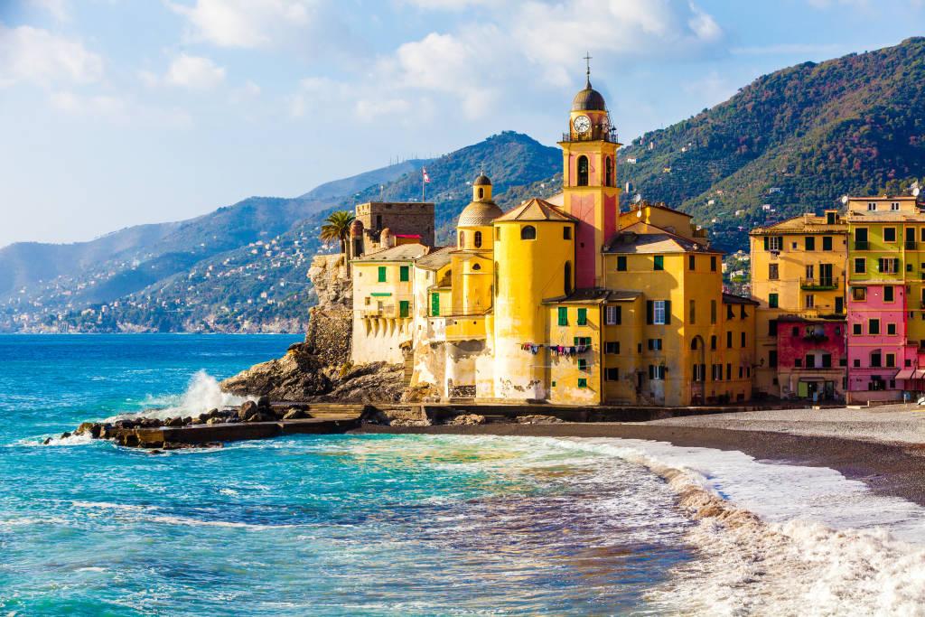 Malownicze wybrzeże Riwiery śródziemnomorskiej. Panoramiczny widok na miasto Camogli w Ligurii, Włochy. Bazylika Santa Maria Assunta i kolorowe pałace.