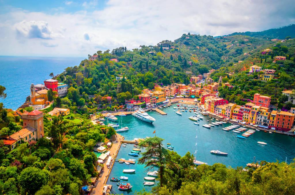 Piękna zatoka z kolorowymi domami w Portofino, Liguria, Włochy