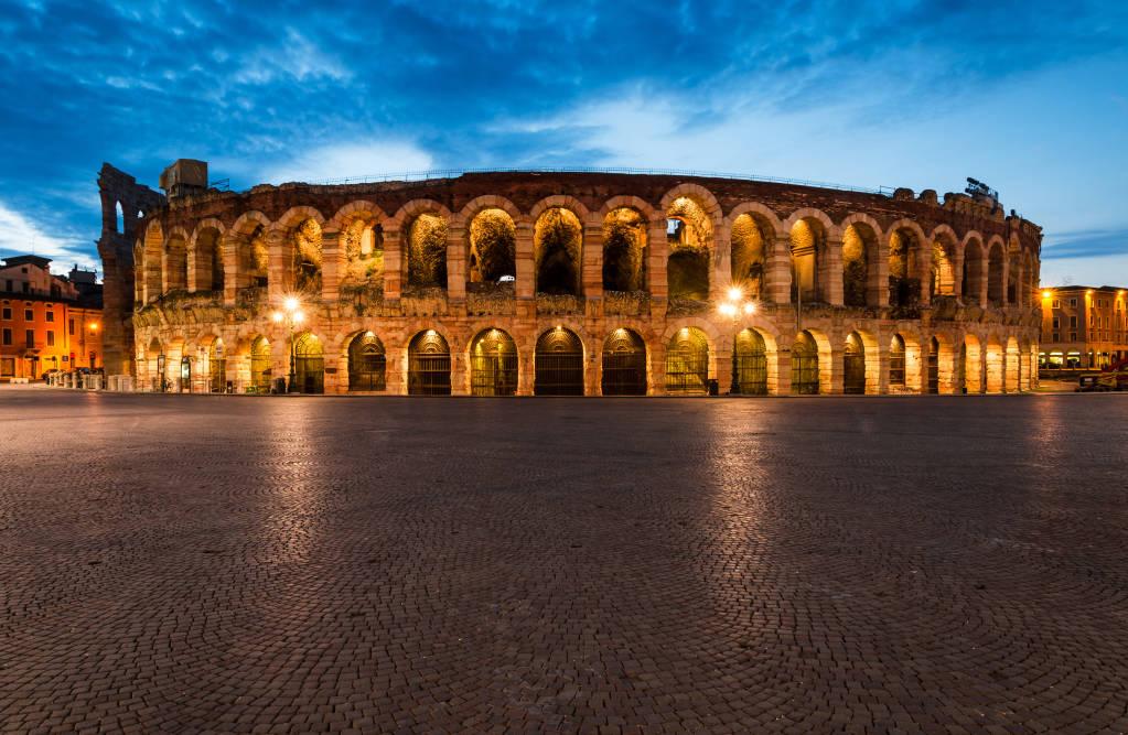 Amfiteatr w Weronie, ukończony w 30AD, trzeci co do wielkości na świecie, o zmierzchu. Roman Arena w Weronie, Włochy