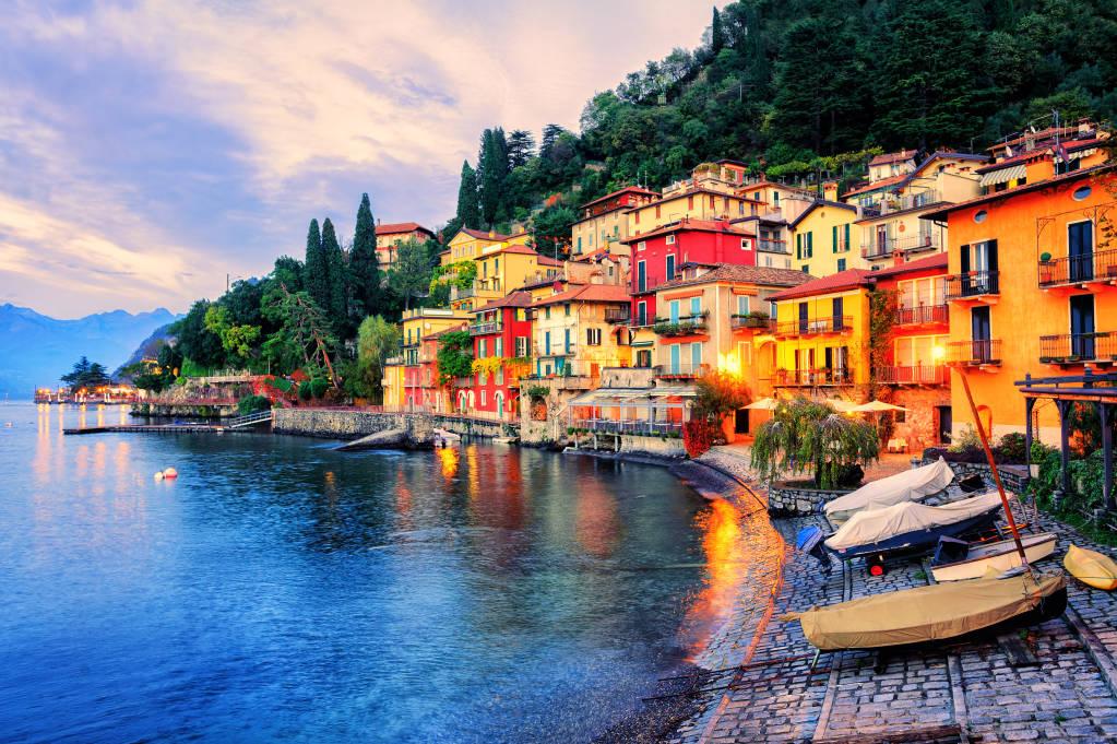 Menaggio stare miasto nad jeziorem Como, Mediolan, Włochy, wieczorem zachód słońca