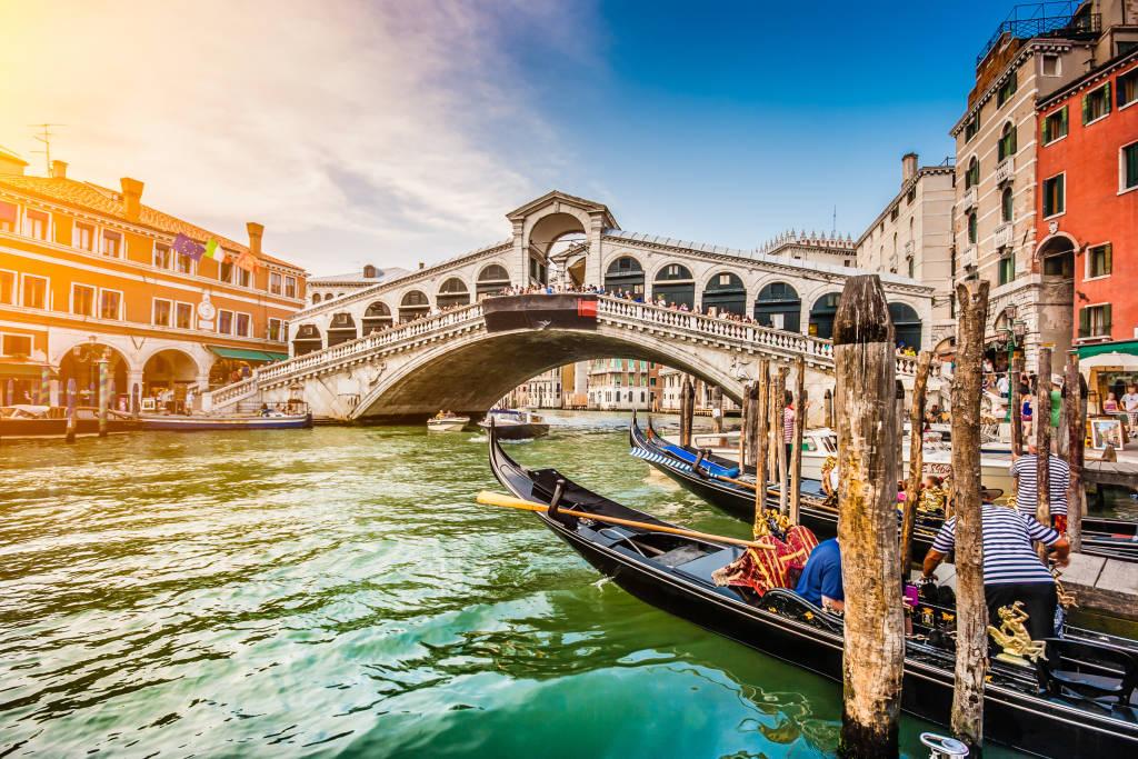 Panoramiczny widok na słynny kanał Grande od słynnego mostu Rialto o zachodzie słońca w Wenecji, Włochy z retro vintage Instagram stylu efekt filtra