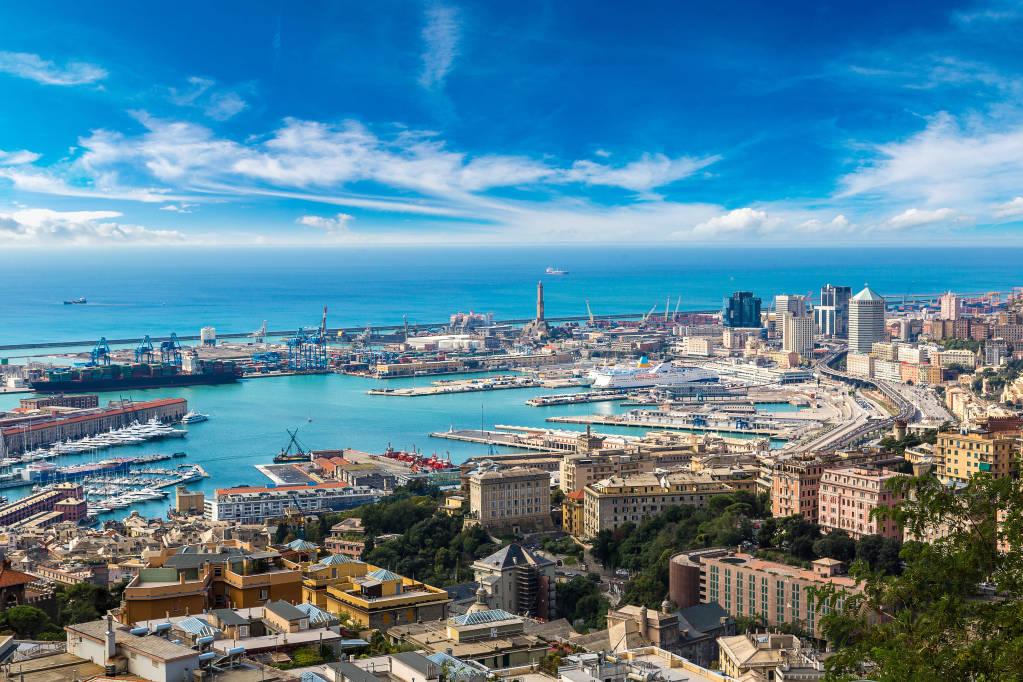 Panoramiczny widok portu Genui w letni dzień, Włochy