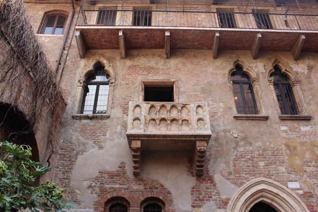 VERONA, ITALY - MARCH 18: The balcony of Juliet's House (Casa di Giulietta) on Via Cappello street no 23 near Piazza delle Erbe on March 18, 2015 in Verona. Montecchi and Capuleti families lived here.