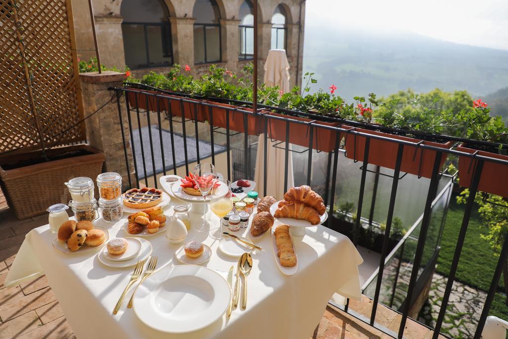 Włoski chleb focaccia z rozmarynem i czosnkiem na rustykalnym tle, selektywna ostrość