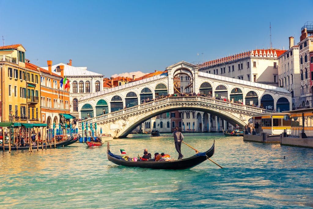 Gondola w pobliżu mostu Rialto w Wenecji, Włochy