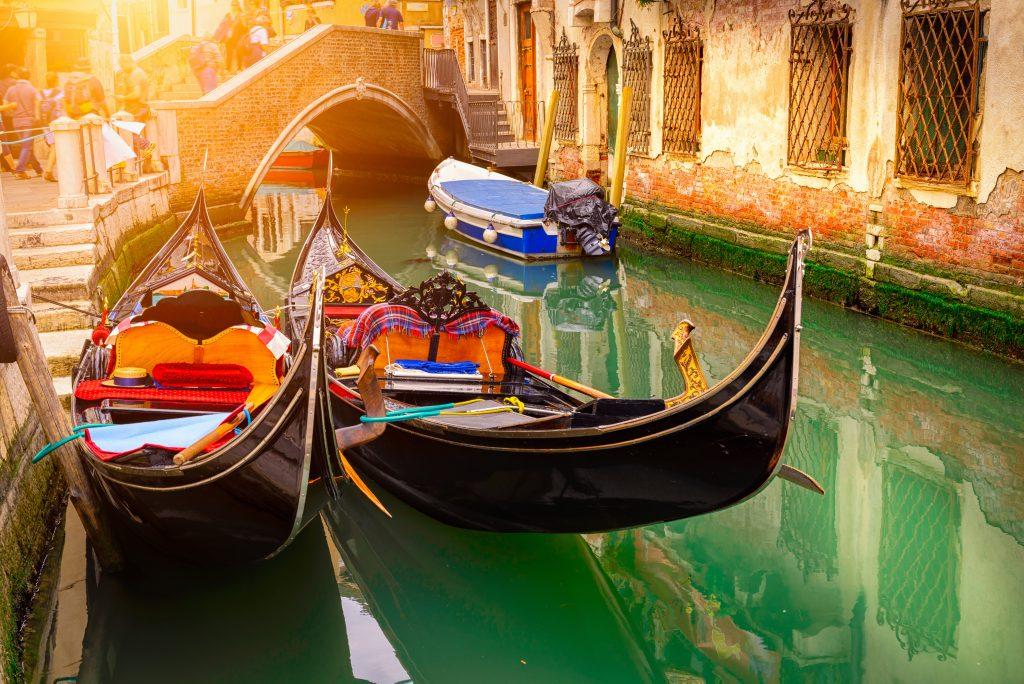 Kanał z dwoma gondolami w Wenecji, Włochy. Architektura i zabytki Wenecji. Pocztówka wenecka z gondolami wenecką.