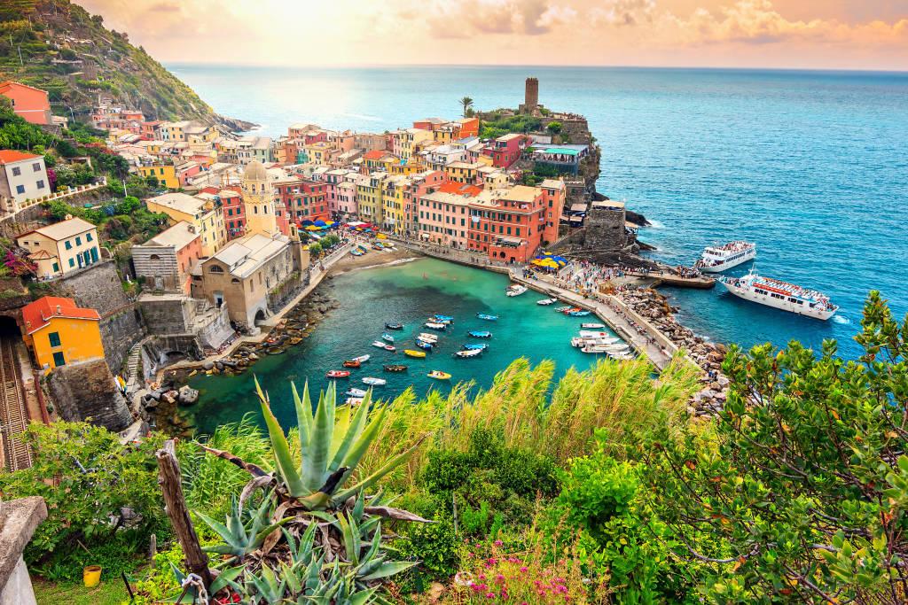 Panorama Vernazza i podwieszany ogród, Park Narodowy Cinque Terre, Liguria, Włochy, Europa