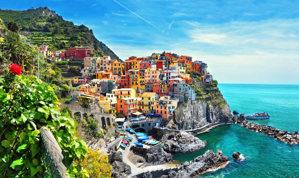 Piękny widok na miasto Manarola. Jest jedną z pięciu słynnych kolorowych wiosek Parku Narodowego Cinque Terre we Włoszech, zawieszonych między morzem a lądem na czystych klifach. Region Liguria we Włoszech.