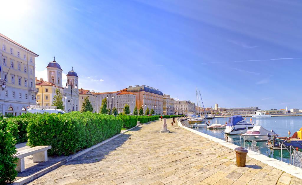 Promenada w Triest i mały port we Włoszech nad Adriatykiem
