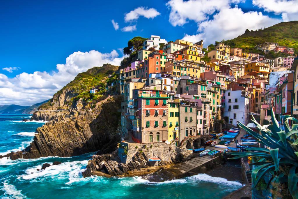 Riomaggiore wioska rybacka w dramatycznej wietrznej pogodzie. Riomaggiore to jedna z pięciu słynnych kolorowych wiosek Cinque Terre we Włoszech, zawieszonych między morzem a lądem na czystych klifach.
