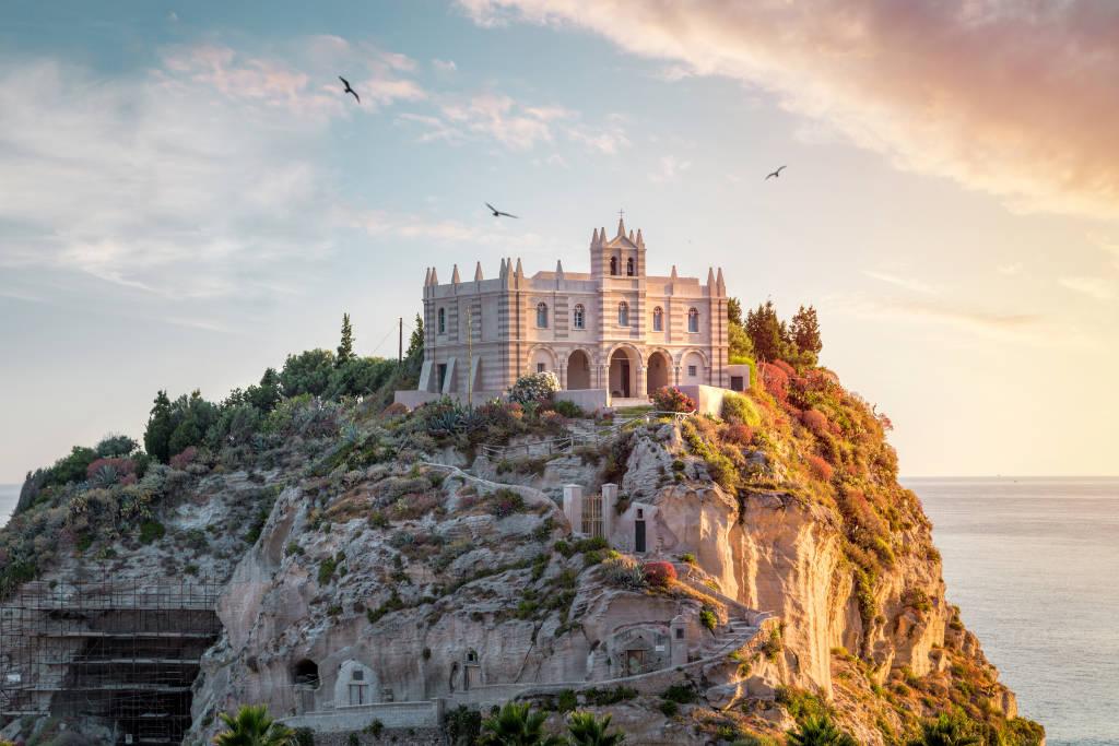 Santa Maria dell'Isola o zachodzie słońca - Tropea, Kalabria, Włochy