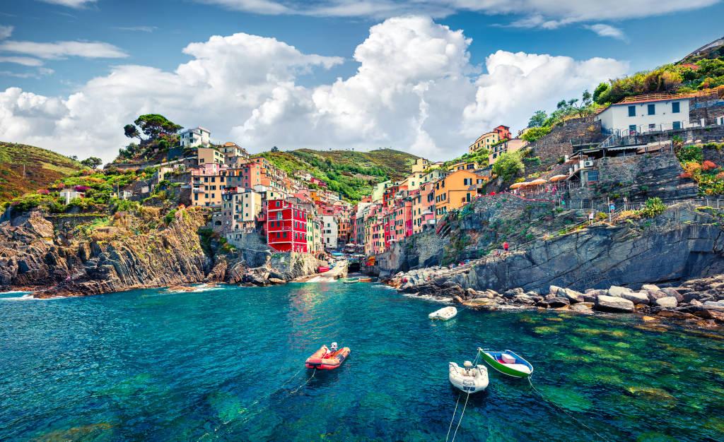 Słoneczny widok letni Riomaggiore - Cique Terre sekwencji górskich miast. Wspaniały widok poranek Ligurii, Włochy, Europa. Wspaniały wiosenny pejzaż Morza Śródziemnego. Podróże koncepcja tła.