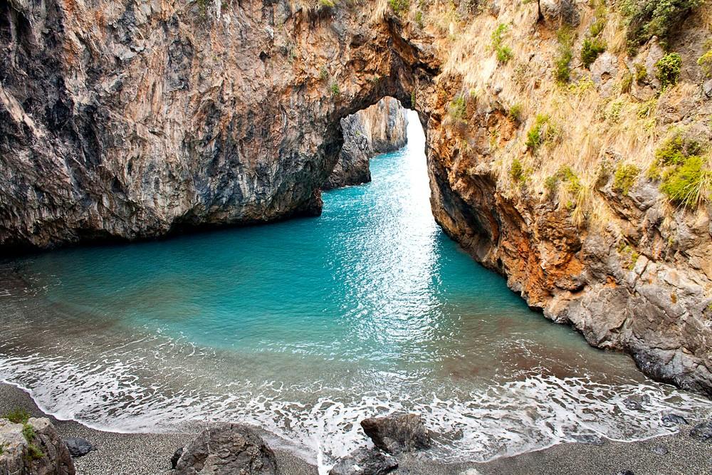 Spiaggia dell'Arcomagno sulla Costa dei Cedri, Mar Tirreno, Sud Italia, San Nicola Arcella, Calabria.