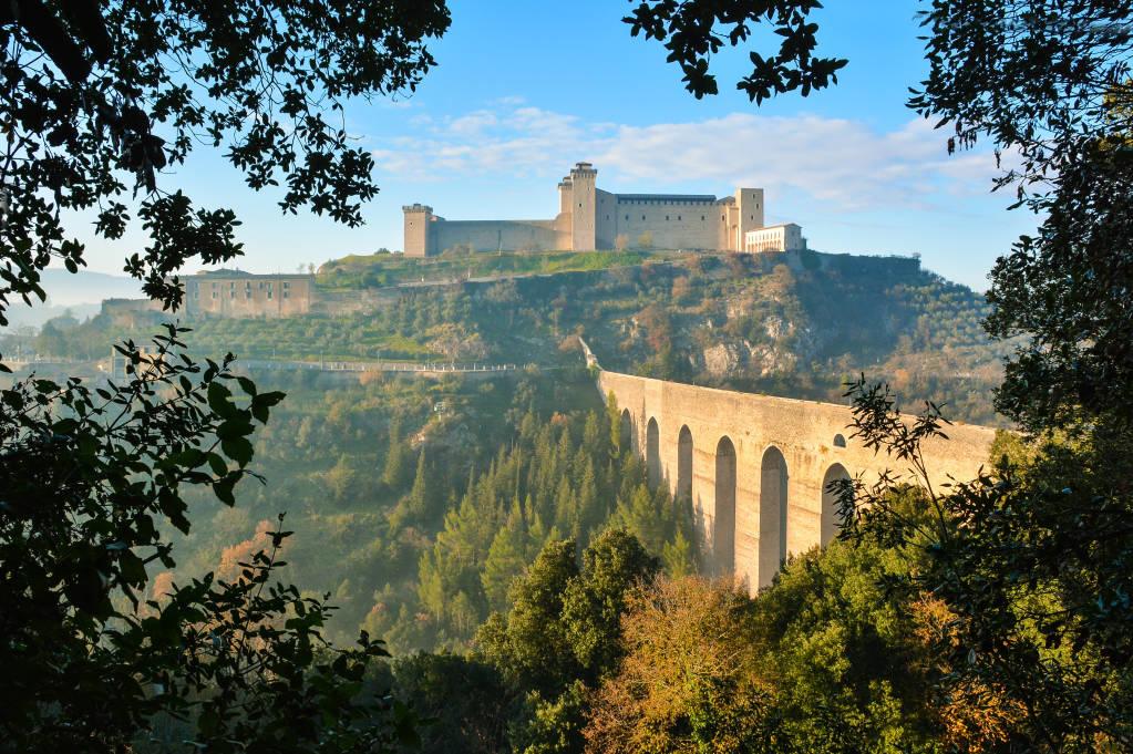 Spoleto (Włochy) — Mglisty jesienny dzień w uroczej i zaskakującej średniowiecznej wiosce w regionie Umbria