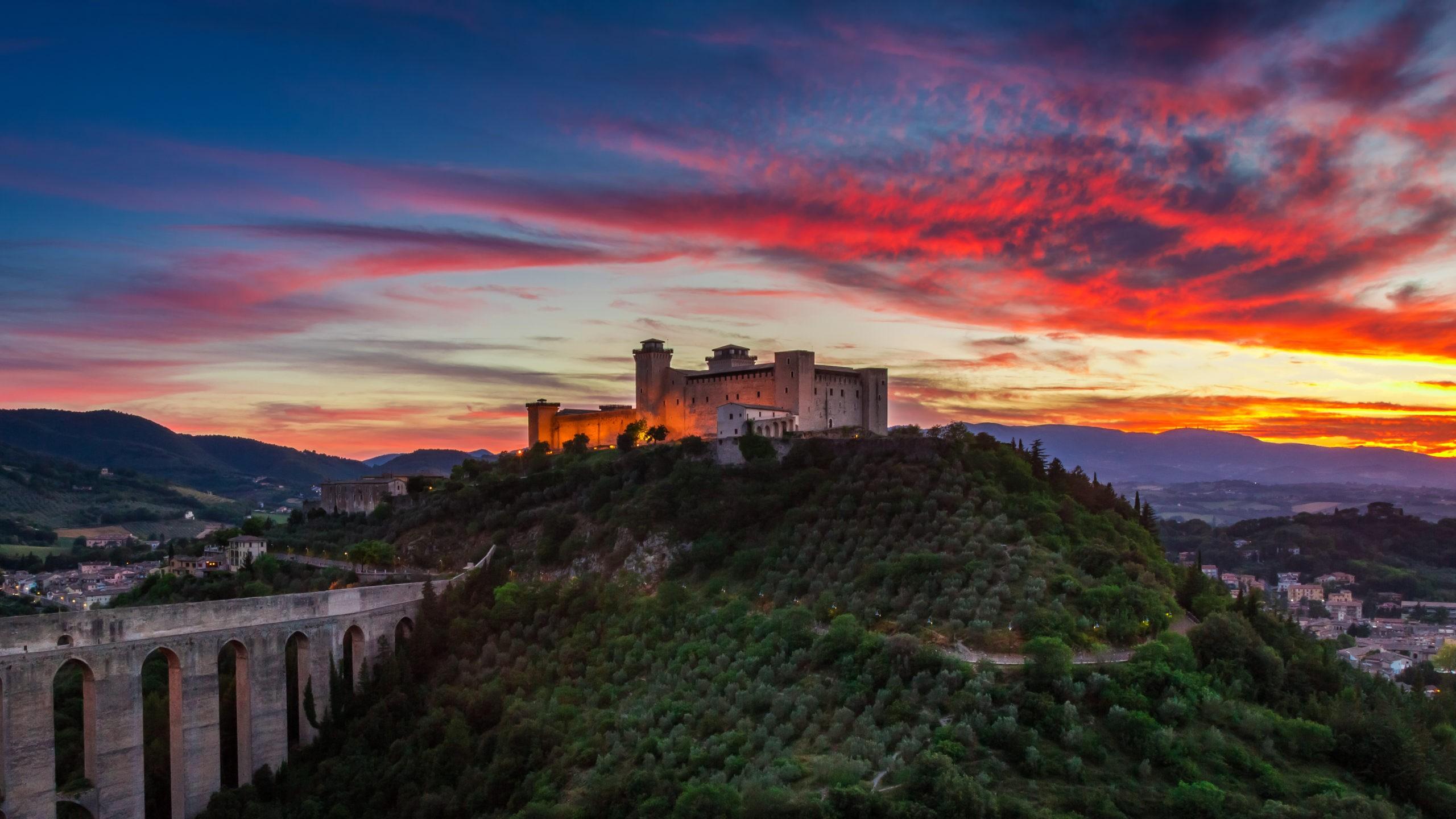 Zamek w Spoleto o zachodzie słońca, fot. shutterstock