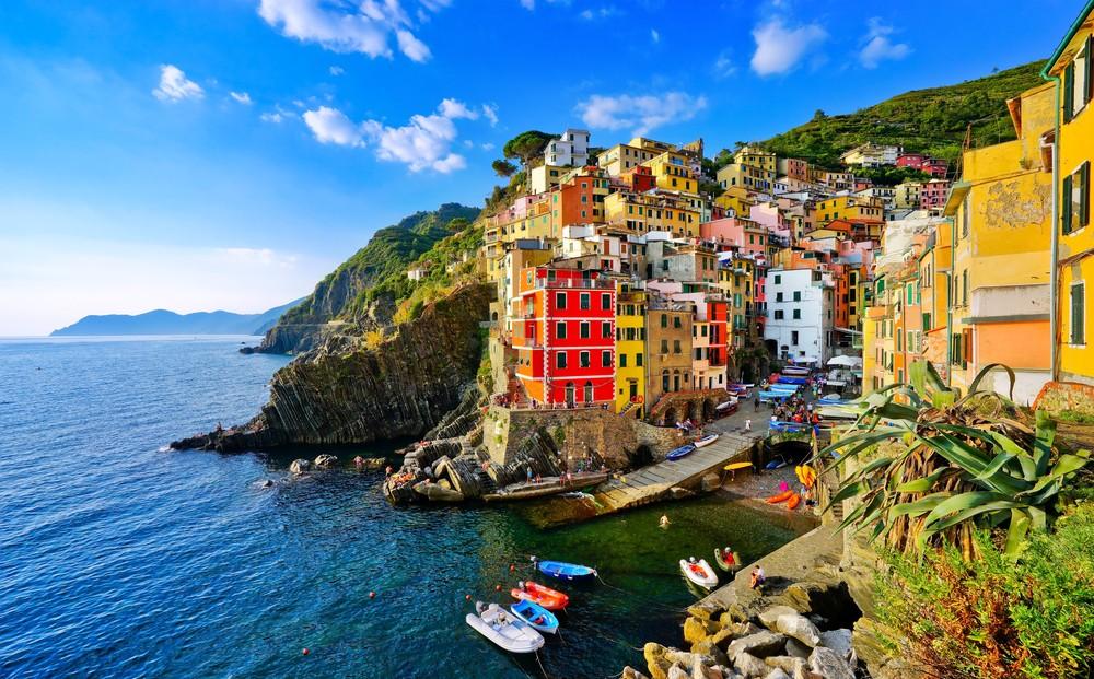 Widok kolorowych domów wzdłuż wybrzeża Cinque Terre w Riomaggiore, Włochy.