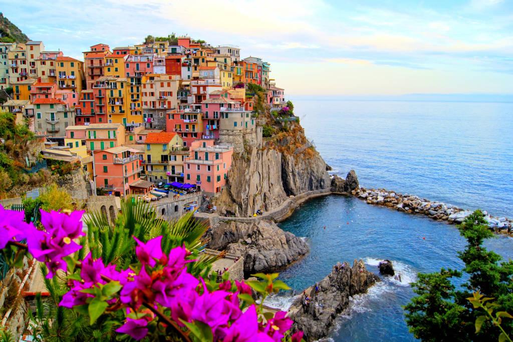 Wioska Manarola, na wybrzeżu Cinque Terre we Włoszech z kwiatami