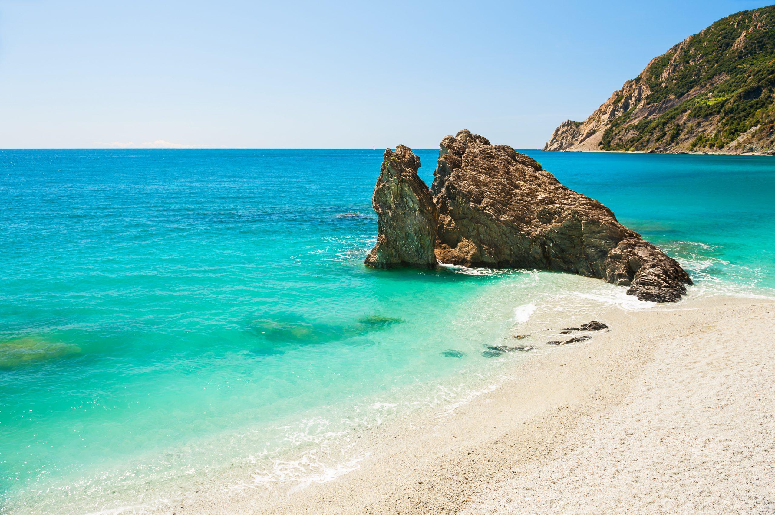 Plaża w Monterosso, Cinque Terre, Włochy, fot. shutterstock.com