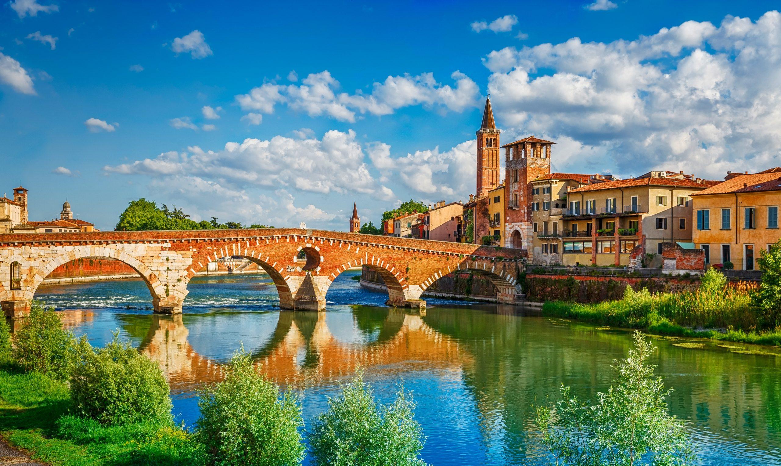 Panoramiczny widok na most Ponte Pietra w Weronie na rzece Adige. Region Veneto. Włochy, fot. shuttersotck.com