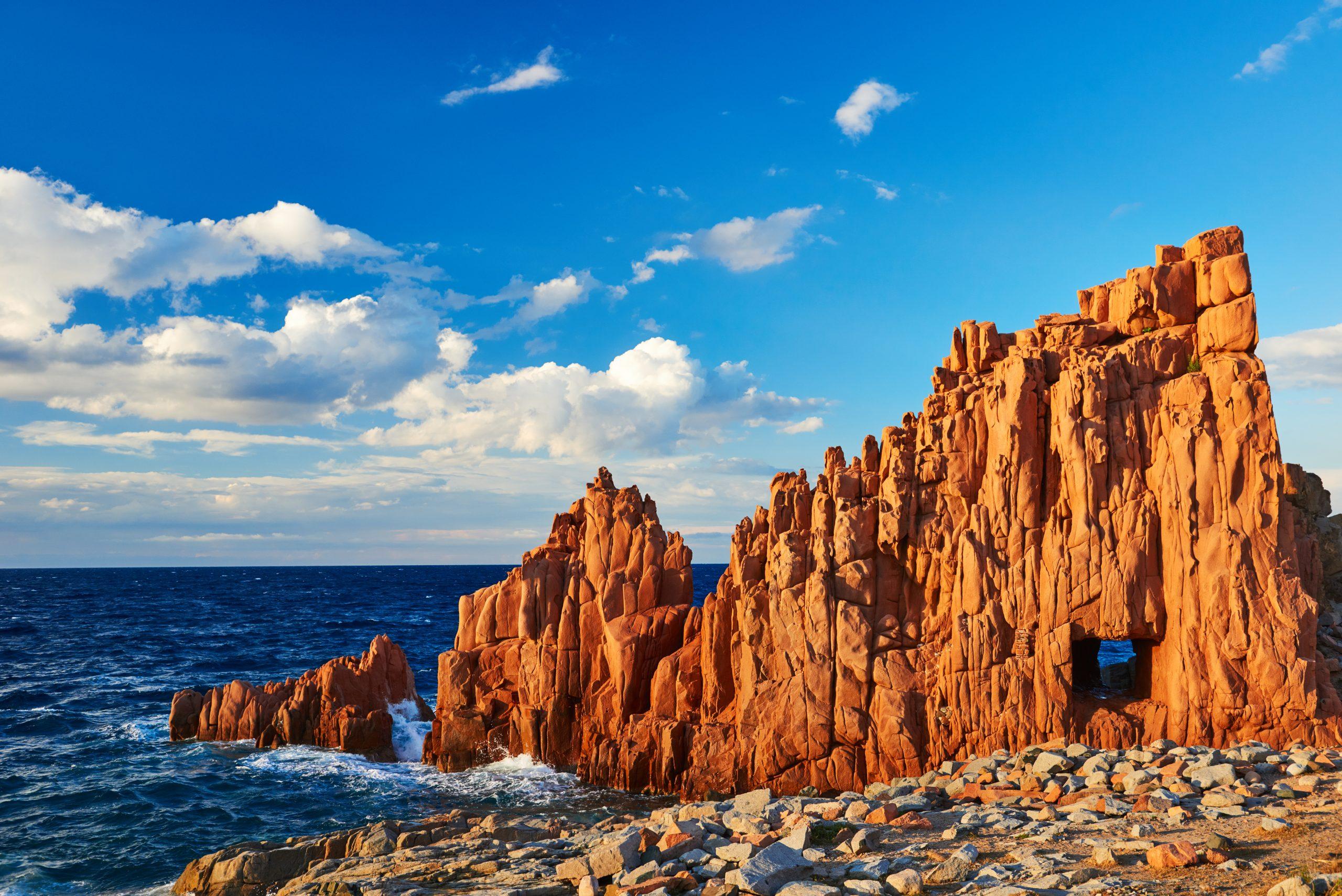 Czerwone skały w Arbatax, fot. shutterstock.com