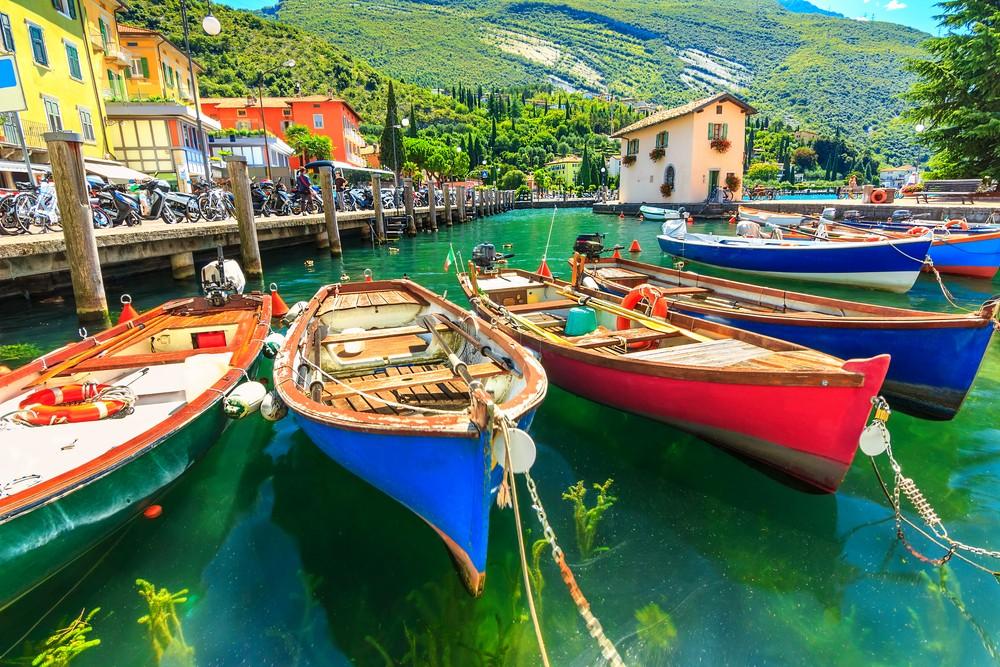 Letni krajobraz i drewniane łodzie, Jezioro Garda, Torbole town, Włochy, Europa