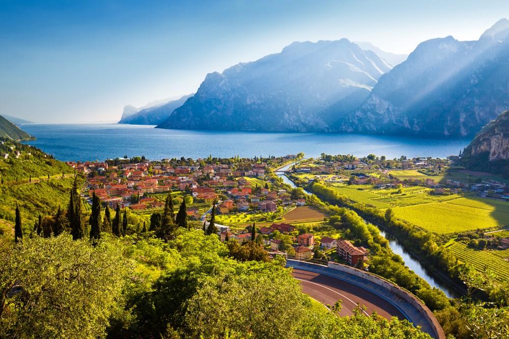 Miasto Torbole i Lago di Garda widok zachód słońca, region Trydent-Górna Adyga Włochy