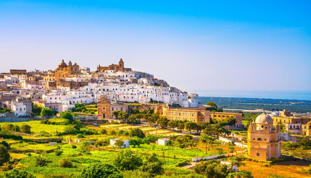 Ostuni białe miasto panoramę i kościół Madonna della Grata, Brindisi, Apulia południowe Włochy. Europa.