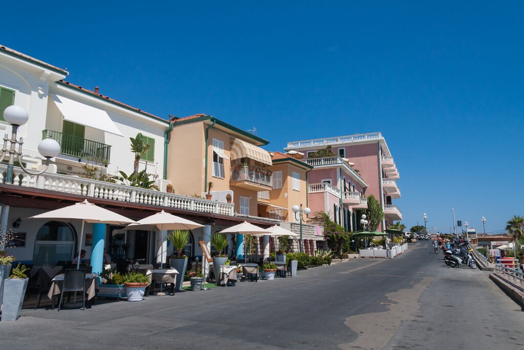 Bordighera,,Liguria,,Italy,July,25,2015:,Beachfront,Road,In,Bordighera,
