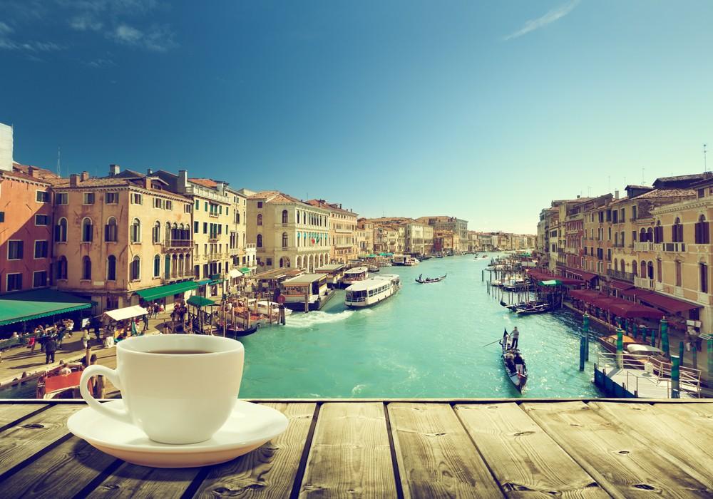Cappuccino na włoskim piazza, fot. shutterstock.com
