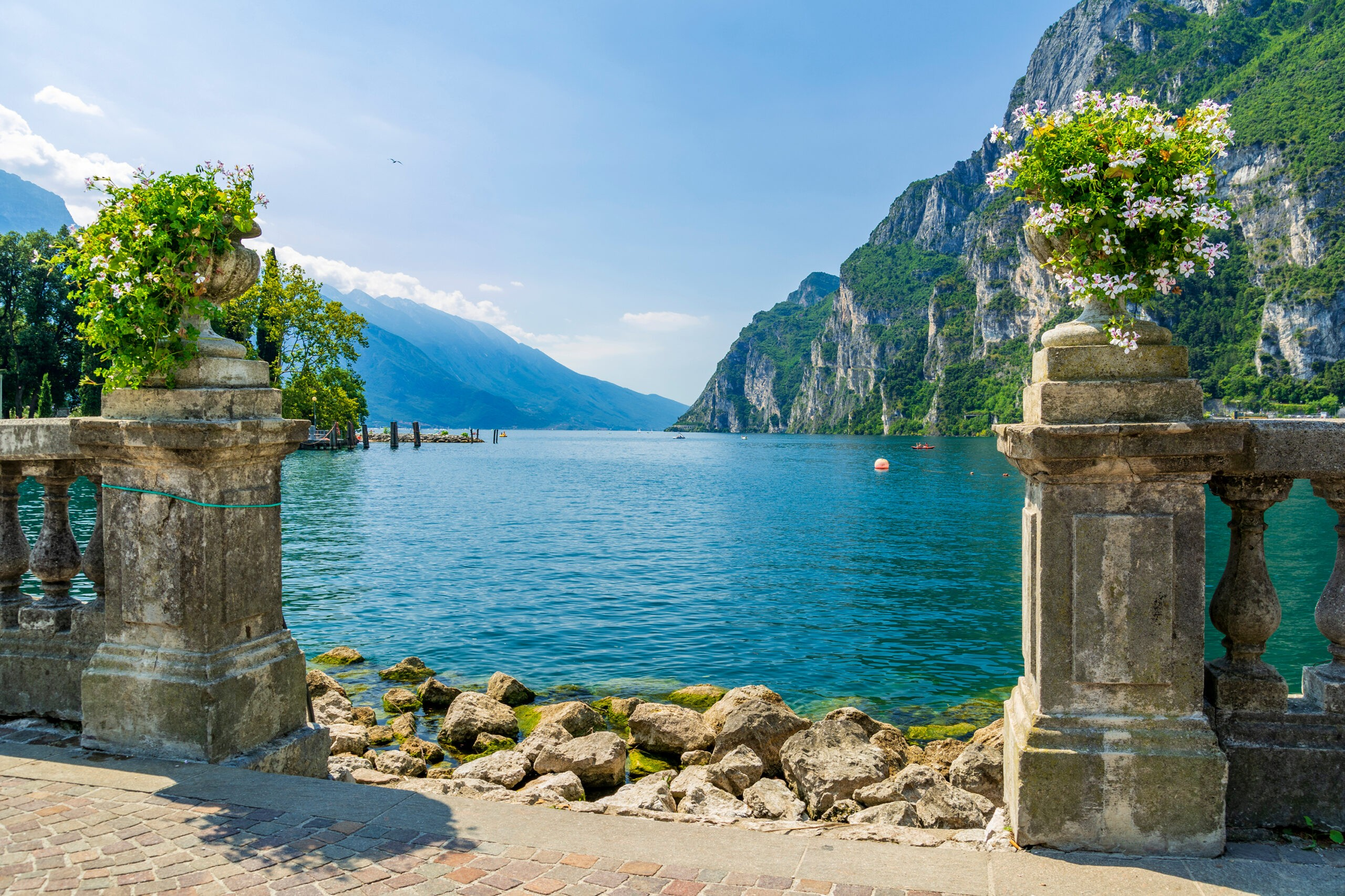Riva del Garda nad jeziorem garda, Włochy, fot. shutterstock.com