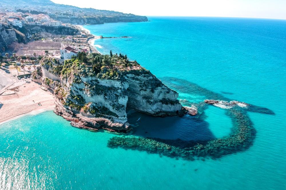 Sanktuarium Santa Maria dell Isola symbol miasta Tropea, Kalabria, Włochy, fot. shutterstock.com