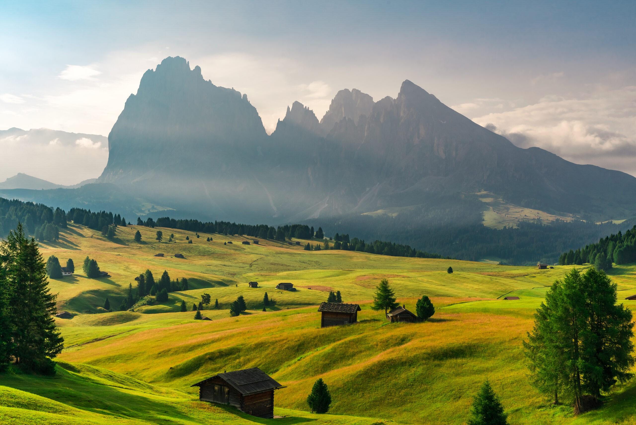Letni wschód słońca we włoskich Alpach Dolomity Lokalizacja Seiser Alm lub Alpe di Siusi, prowincja Bolzano, Południowy Tyrol, Włochy, Europa