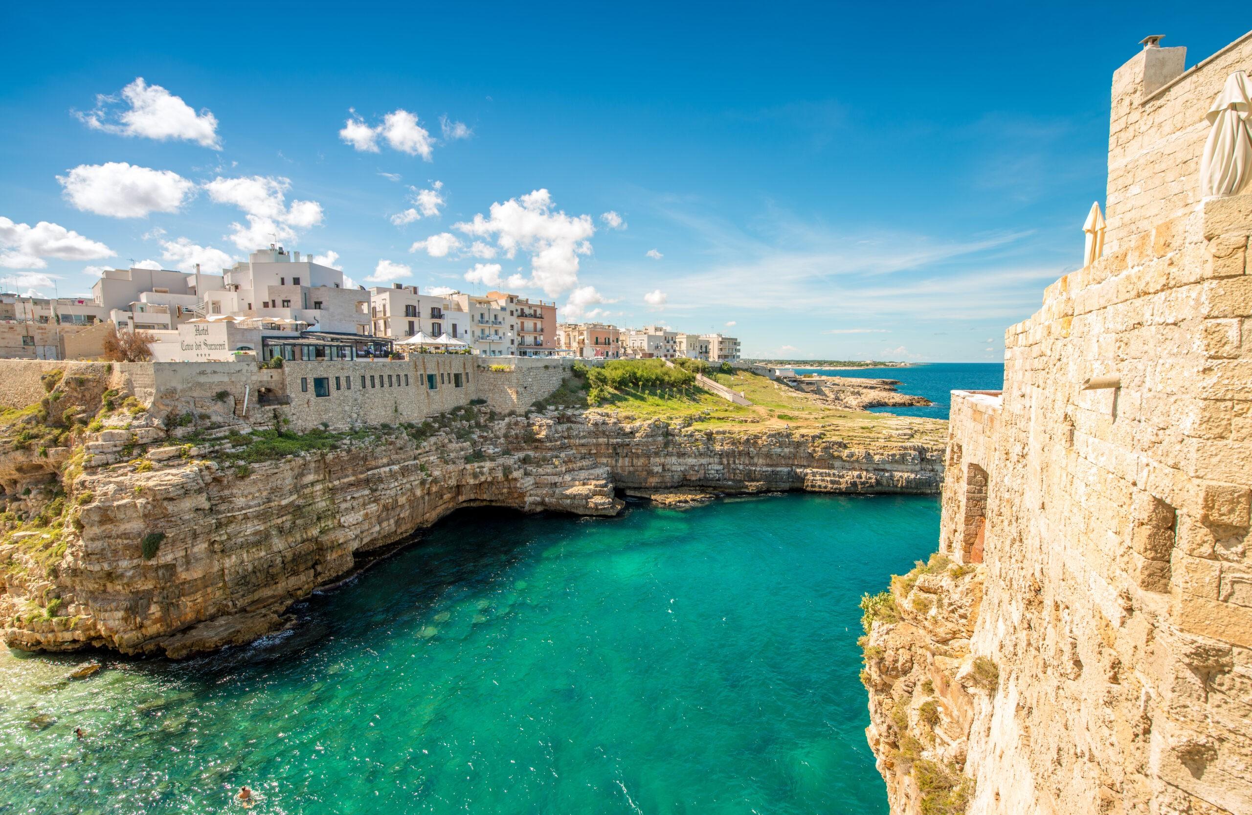 Wspaniała urokliwa miejscowość Polignano a Mare - Apulia, Włochy.
