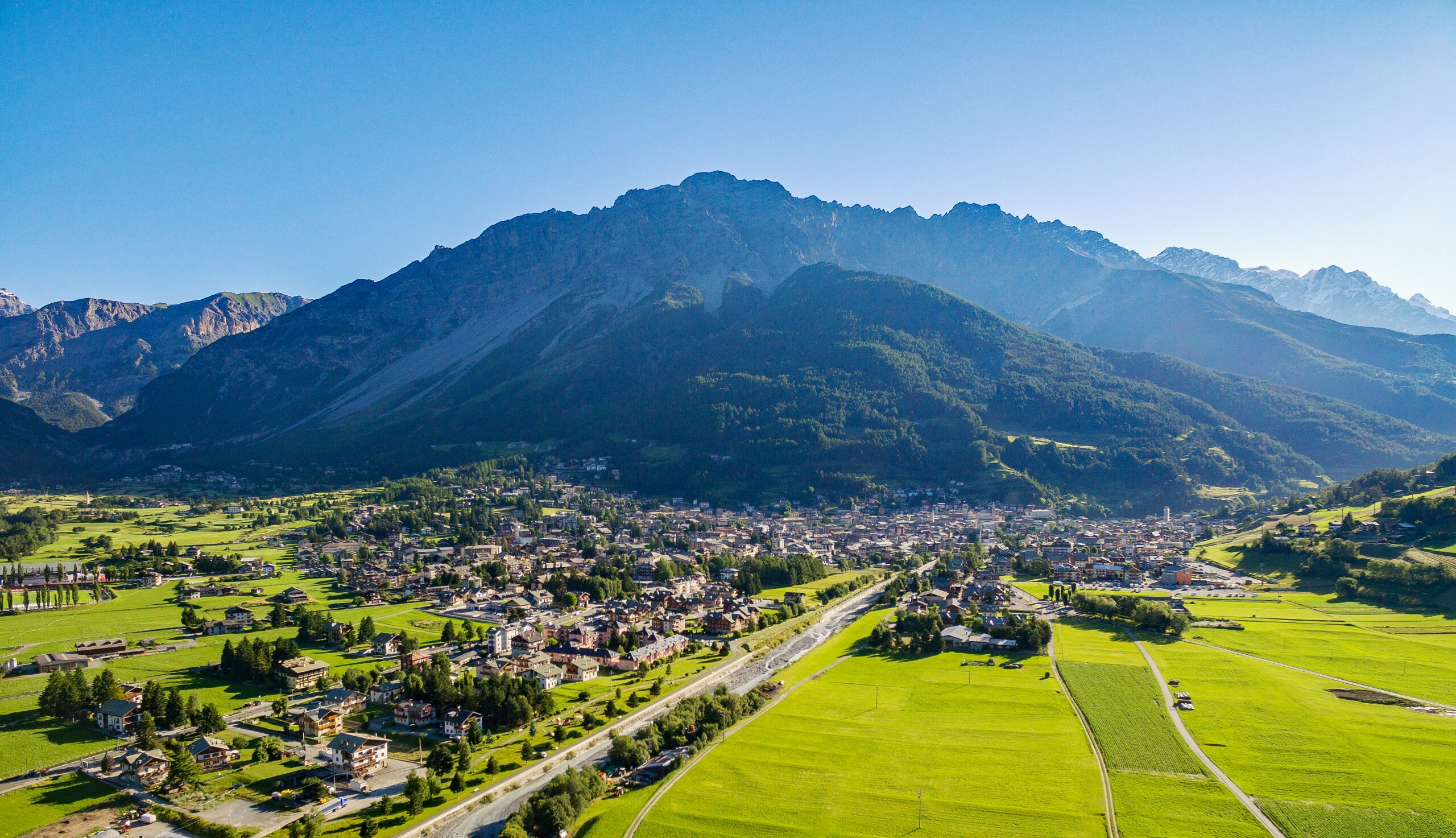 Bormio (IT) - Panoramiczny widok z lotu ptaka