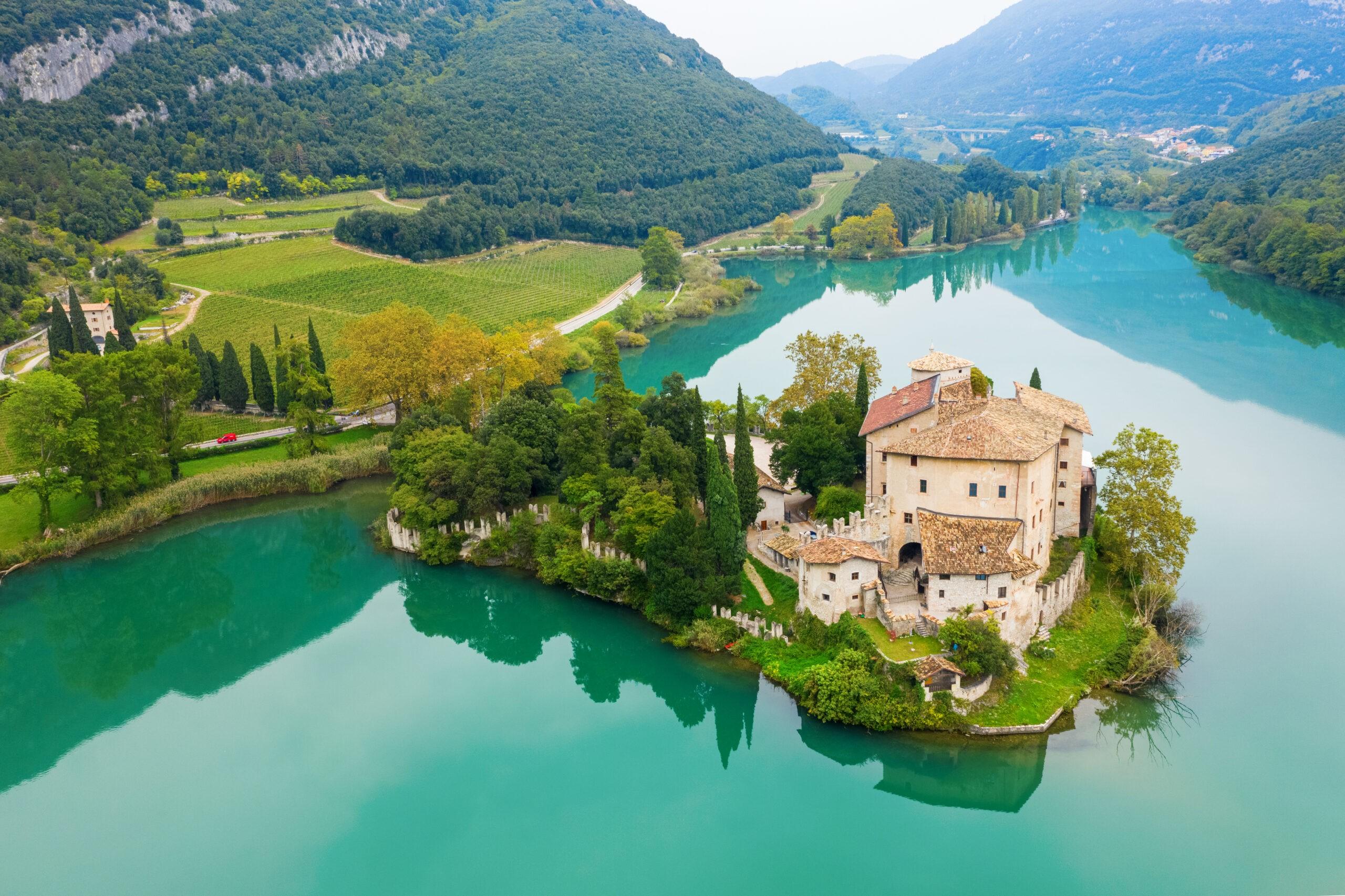 Calavino, Włochy. Zamek Toblino nad pięknym jeziorem., licencja: shutterstock/By Michaelspb