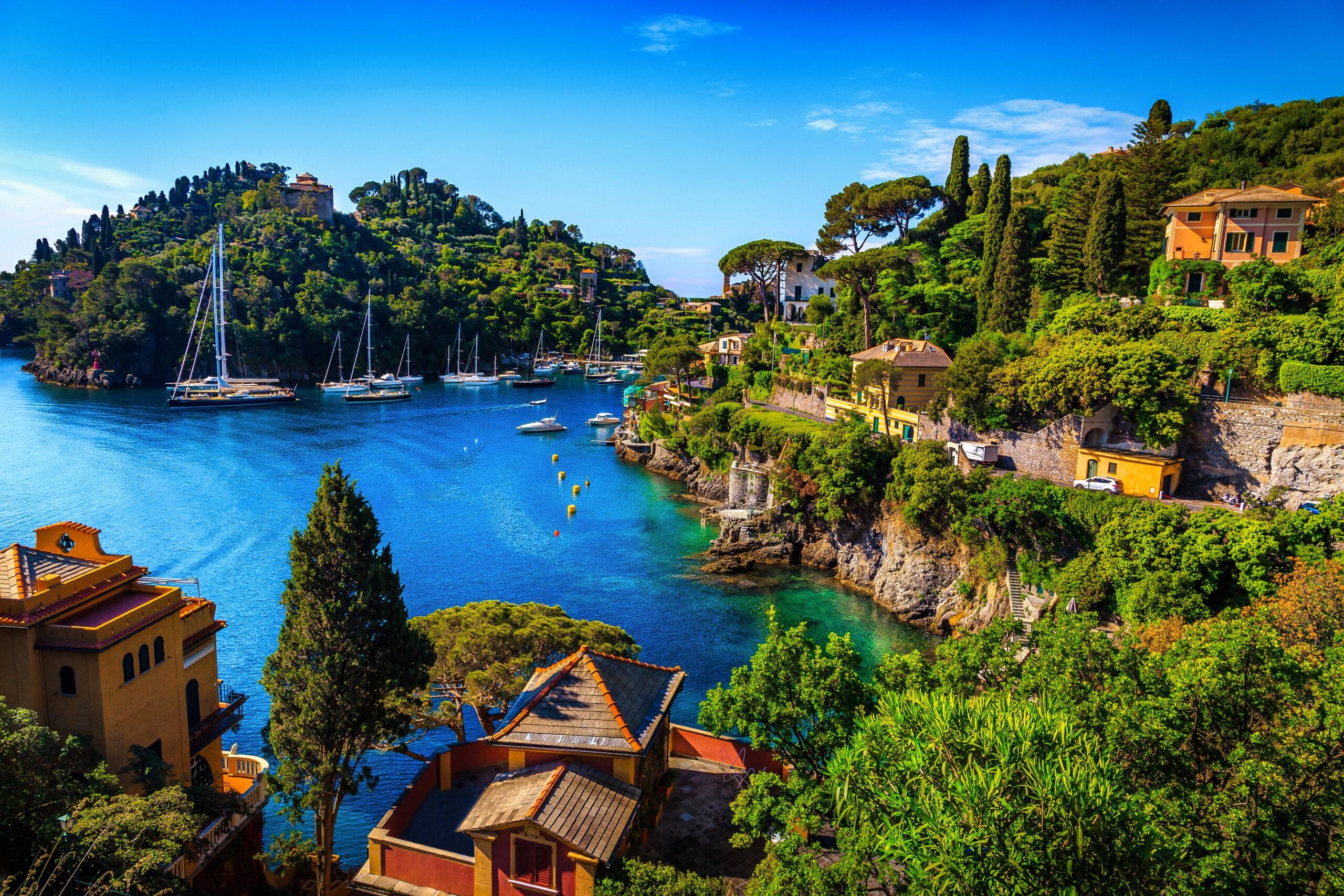Słynna zatoka z kolorowymi śródziemnomorskimi budynkami i spektakularnym kurortem wakacyjnym, Portofino, Liguria, Włochy, Europa - ciekawe miejsca w Ligurii