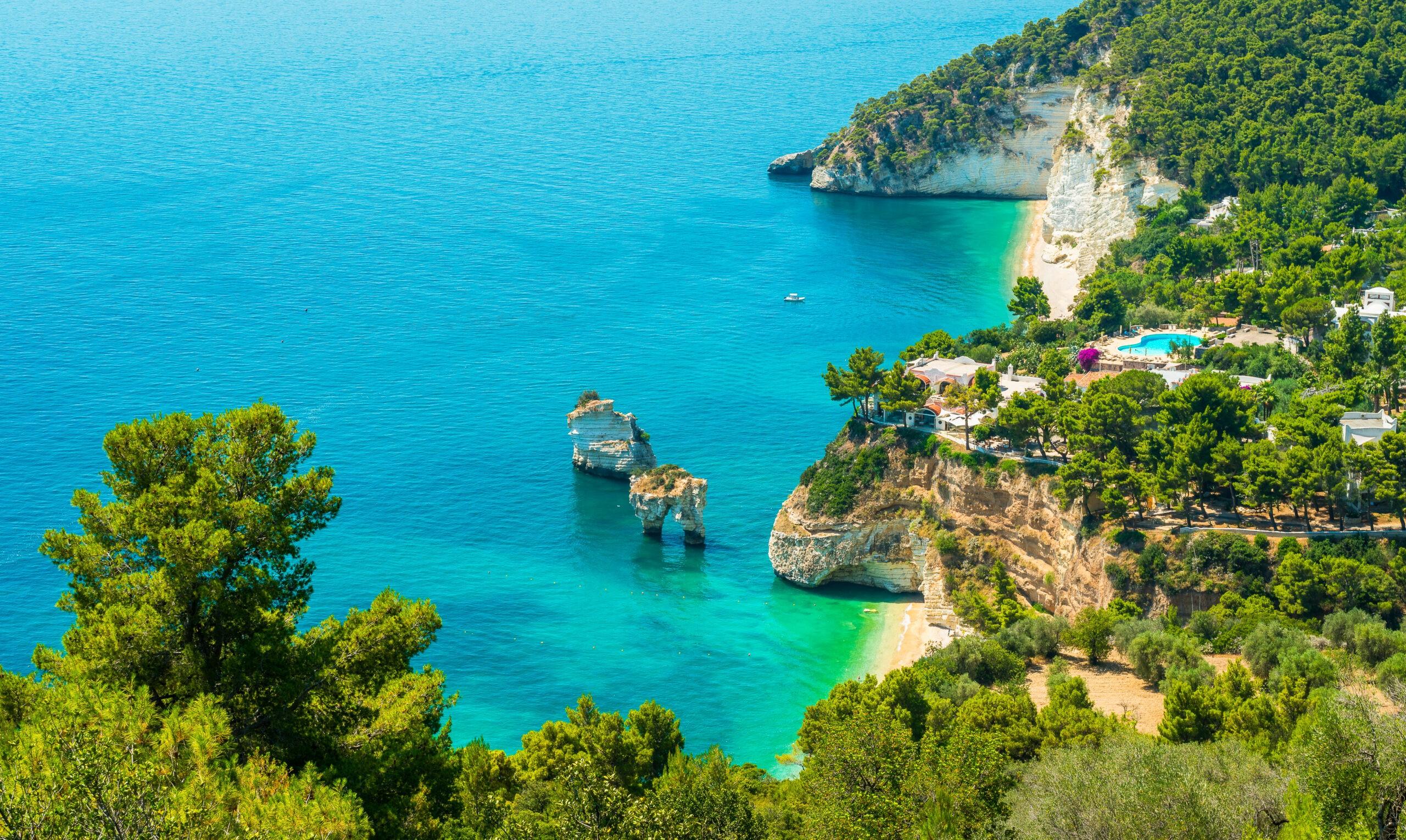 Panoramiczny widok na słynną Baia delle Zagare w parku narodowym Gargano. Apulia (Puglia), Włochy.