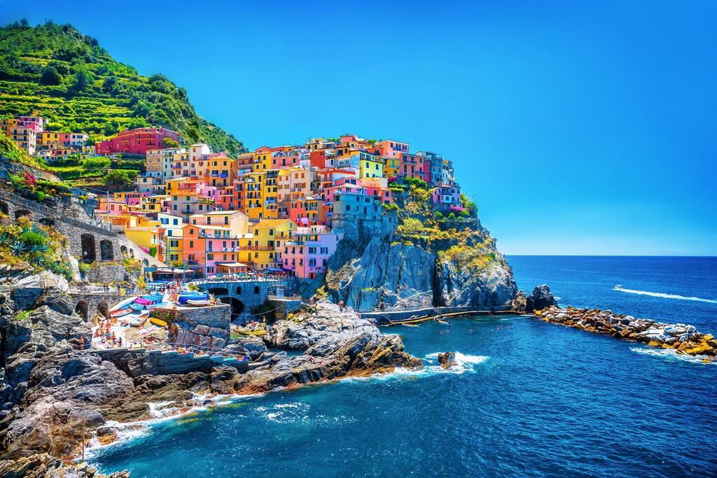 Piękny kolorowy pejzaż w górach nad Morzem Śródziemnym, Europa, Cinque Terre, tradycyjna włoska architektura