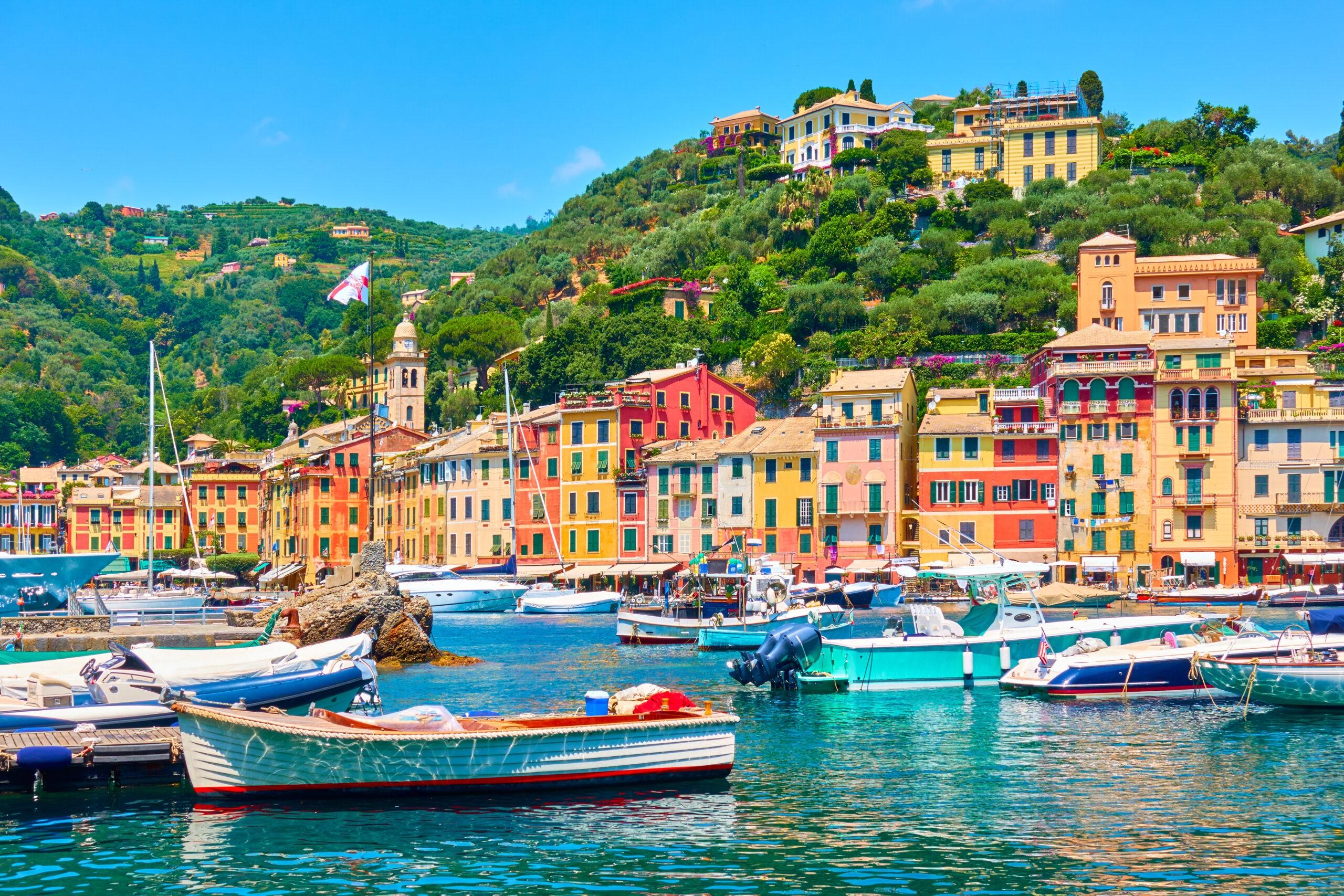 Widok na miasto Portofino i port z łodziami, Włochy