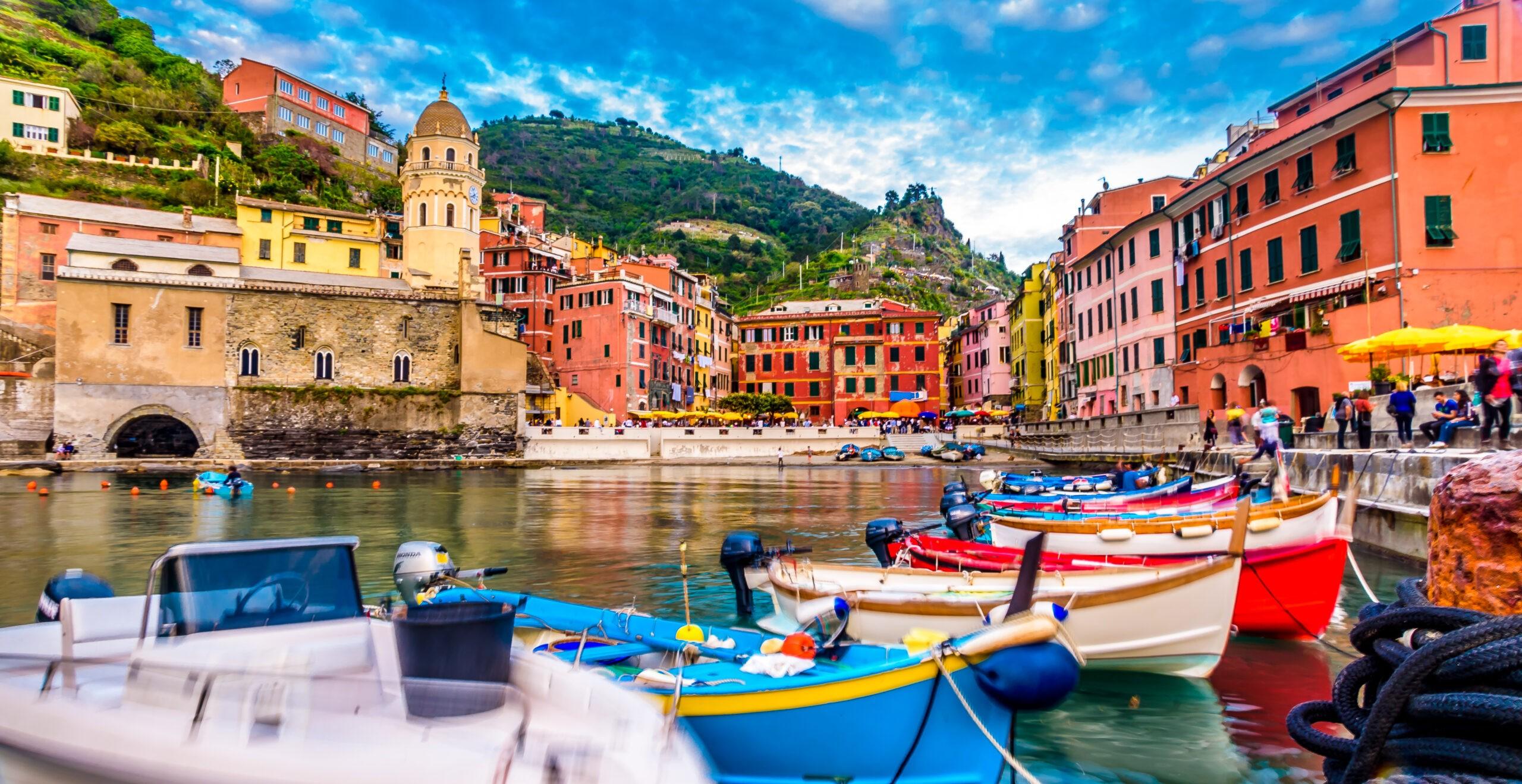 Widok na miejscowość Vernazza, Cinque Terre, Włochy. Widok z molo na wioskę, licencja: shutterstock/By conssuella