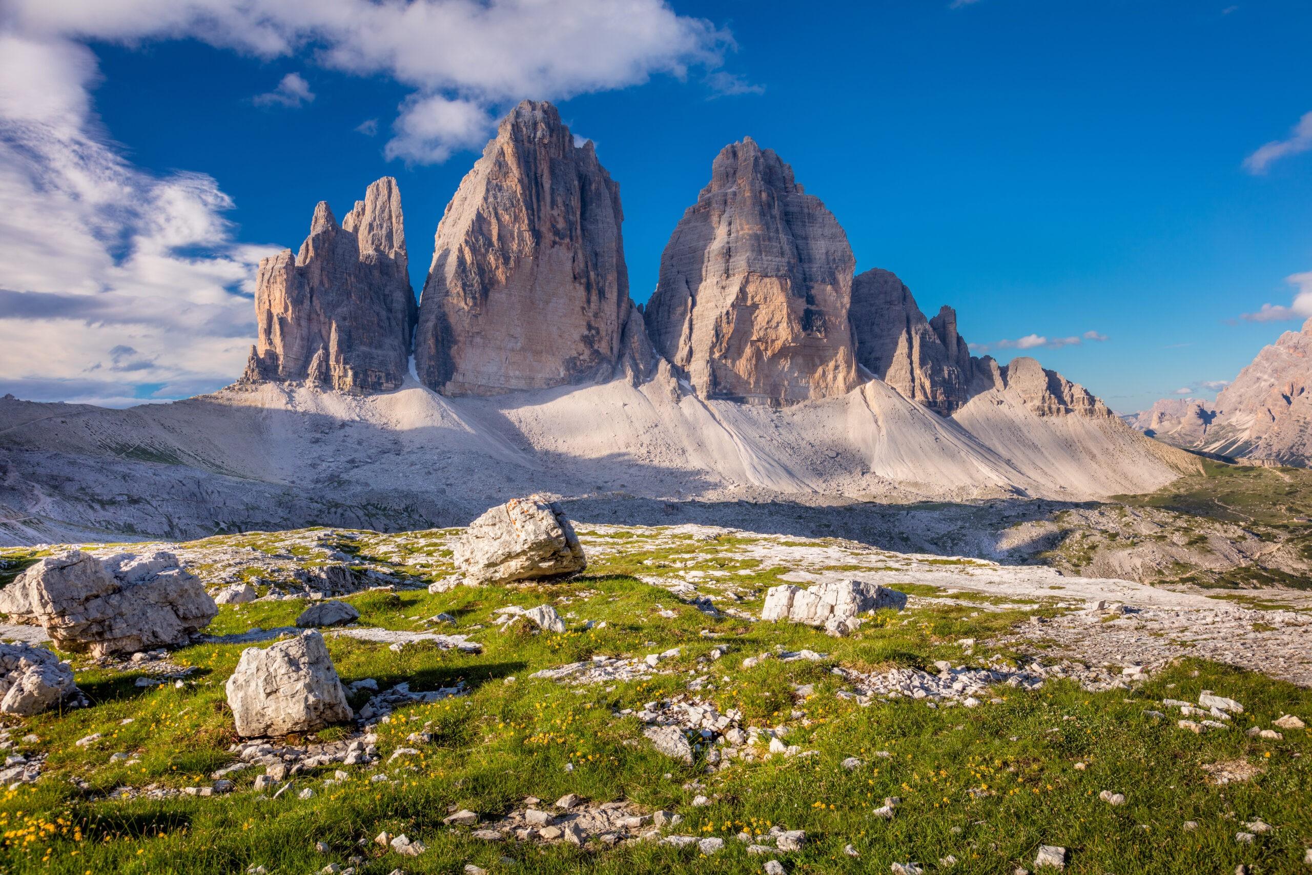 Piękny poranek w górach Tre Cime di Lavaredo z błękitnym niebem, Alpy Dolomity, Włochy