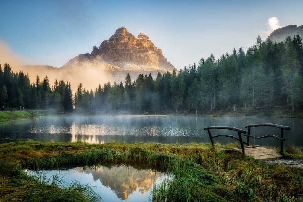 Majestatyczny krajobraz jeziora Antorno ze słynnym górskim szczytem Dolomitów Tre Cime di Lavaredo w tle Dolomitów Wschodnich, Włochy Europa. Wspaniałe krajobrazy przyrodnicze i malownicze miejsce podróży.