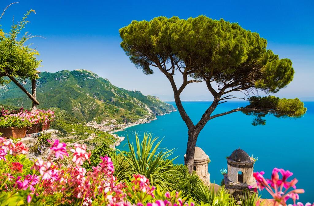 Malowniczy widok na słynne wybrzeże Amalfi z Zatoką Salerno z ogrodów Villa Rufolo w Ravello, Kampania, Włochy