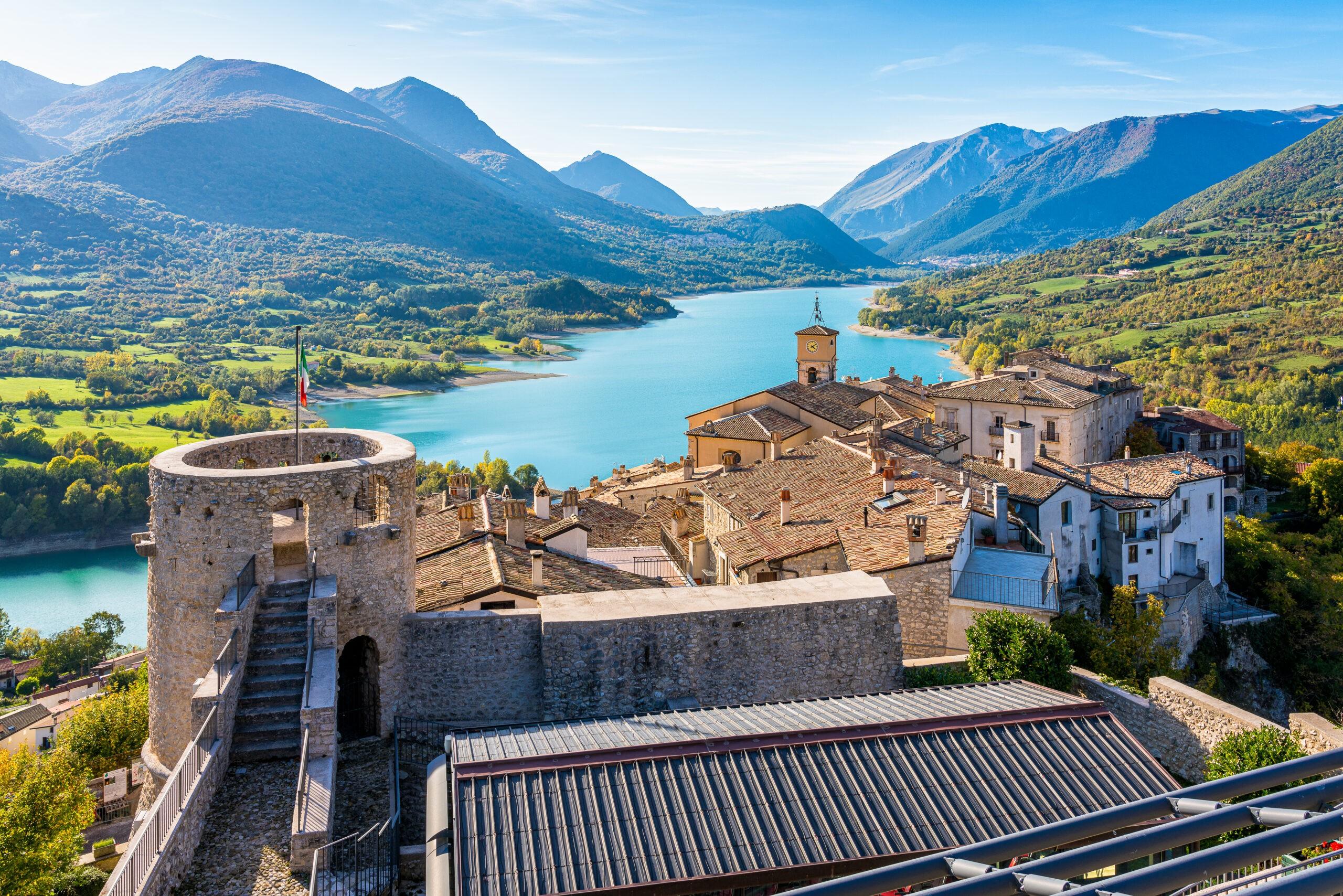 Co warto zwiedzić w Abruzji? Piękna panorama w Barrea, Włochy