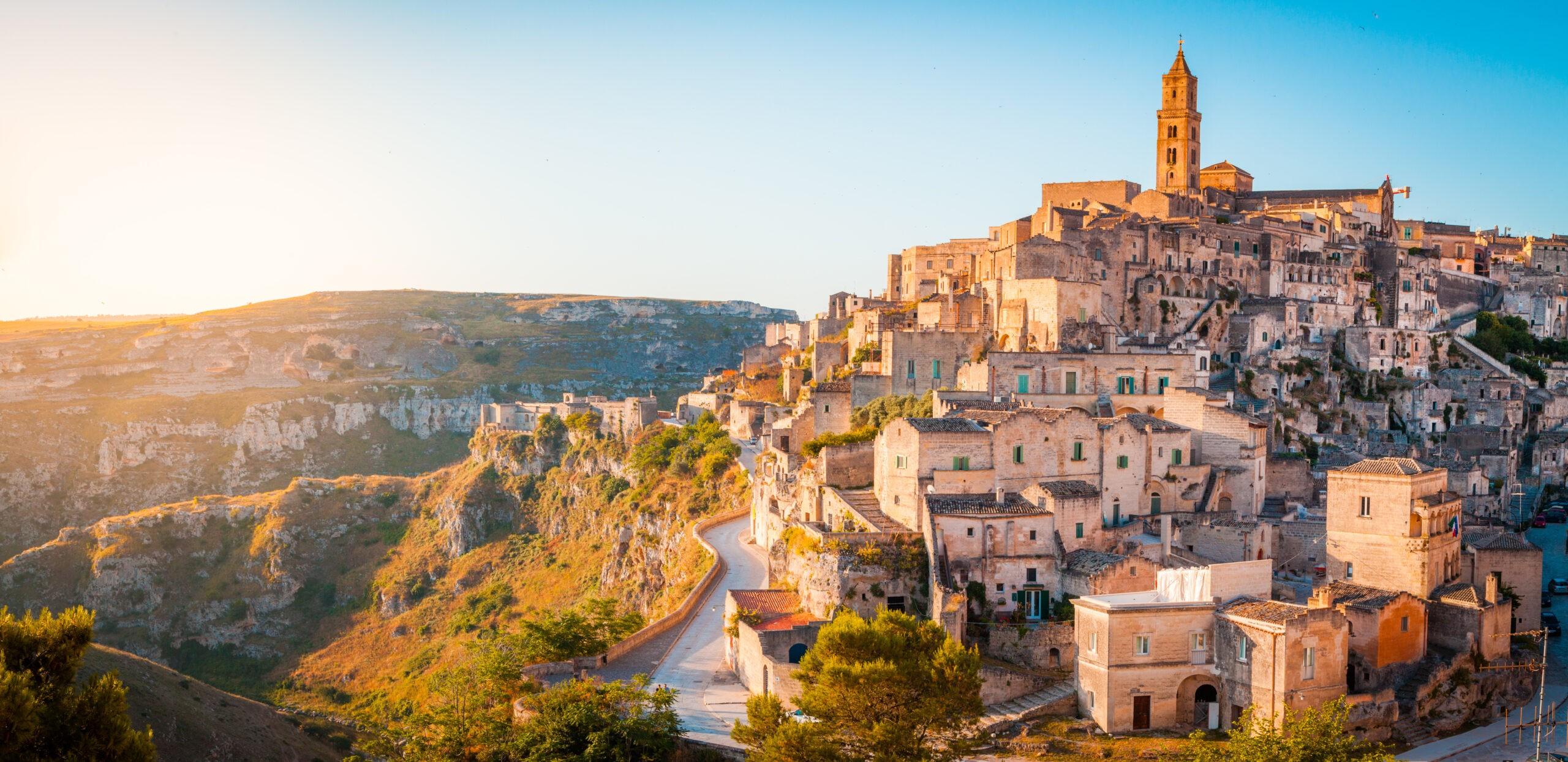 Panoramiczny widok na starożytnego miasta Matera (Sassi di Matera) w pięknym złotym świetle rano o wschodzie słońca, Basilicata, południowe Włochy