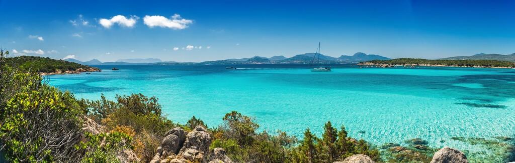Piękne turkusowe i krystaliczne morze na plaży Petra Ruja - Costa Smeralda, Olbia/Tempio - Sardynia -Włochy