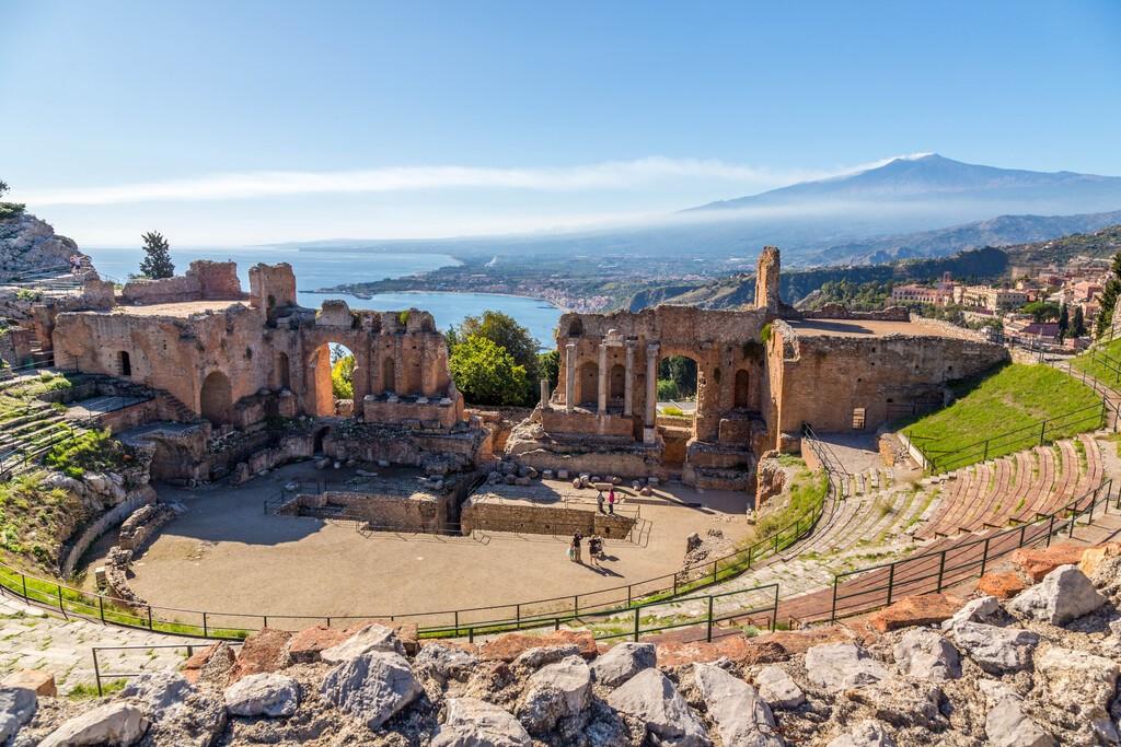 Ruiny starożytnego greckiego teatru Taormina, Sycylia Etna z podwójnym ogonem dymu w tle nad porannym słońcem świeci Giardini-Naxos zatoki Jońskiej zobaczyć.