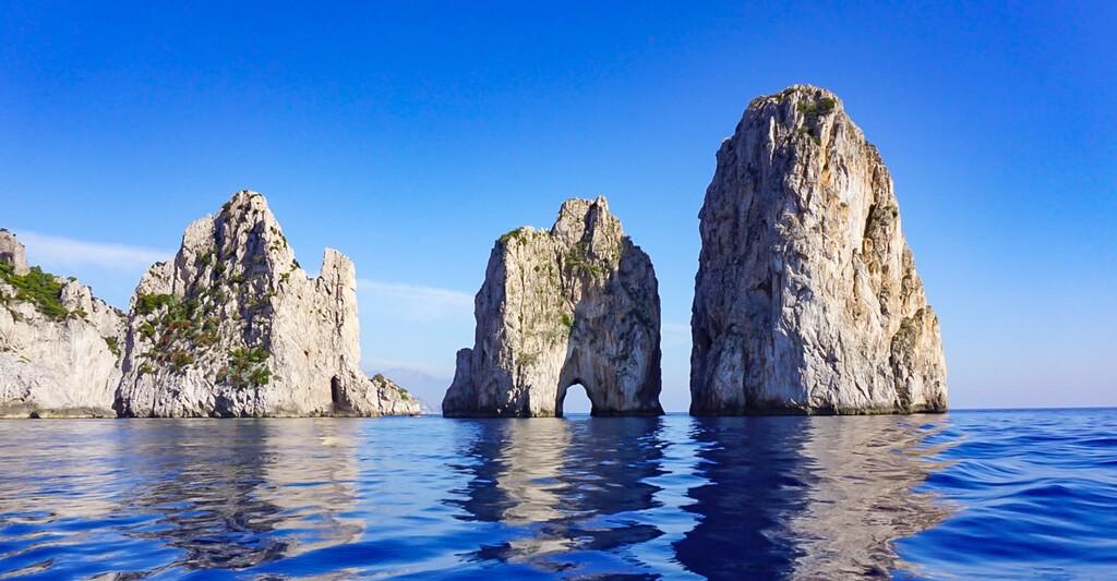Skały Faraglioni na wybrzeżu wyspy Capri, Włochy